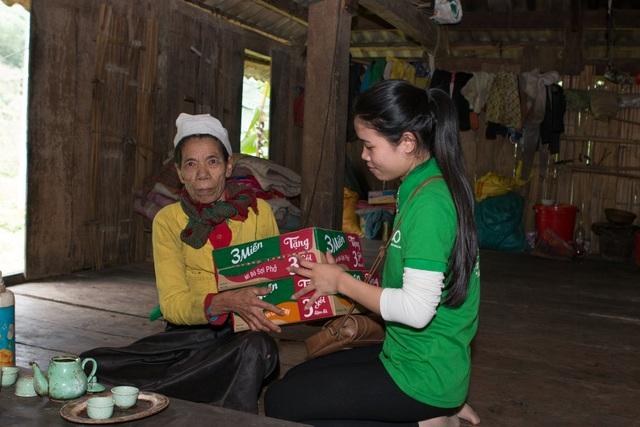 Và hàng chục thùng mì tôm được trao đến từng hộ dân nghèo