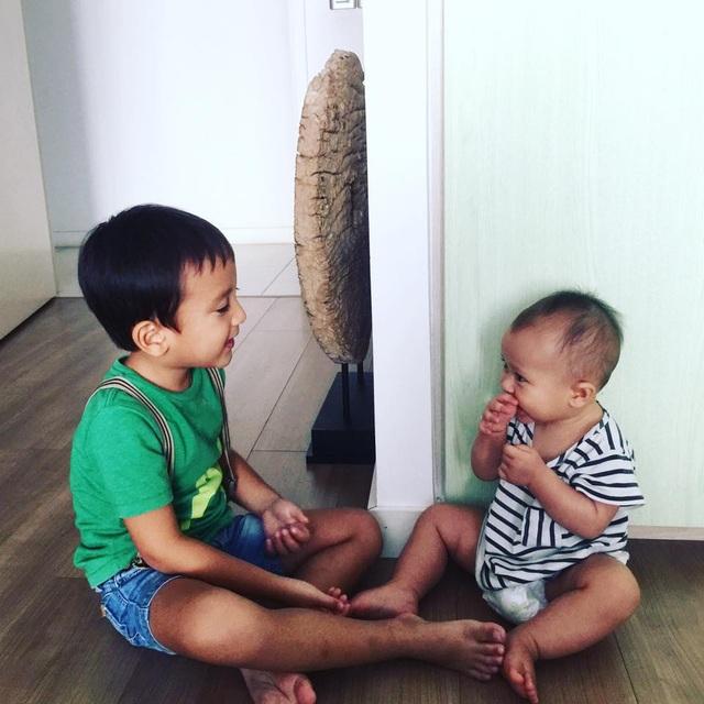 Linh và Midori thoải mái ngồi chơi trên sàn nhà nhờ bí kíp lau sàn đúng chuẩn của mẹ Thùy Minh.
