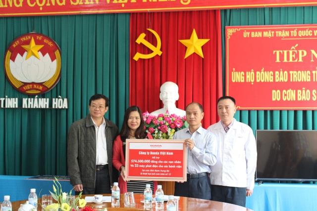 Đại diện HVN trao biển tượng trưng ủng hộ lũ lụt cho người dân các tỉnh Nam Trung Bộ