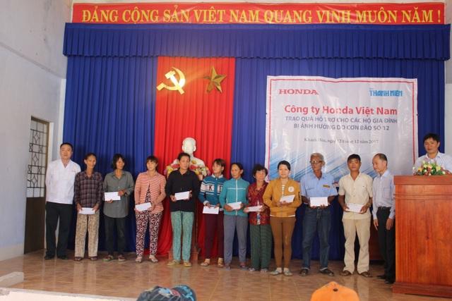 Đại diện HVN trao quà tặng cho người dân tỉnh Khánh Hòa