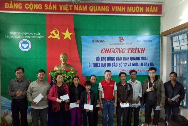Đại diện HVN trao quà tặng cho các gia đình tại Quảng Ngãi