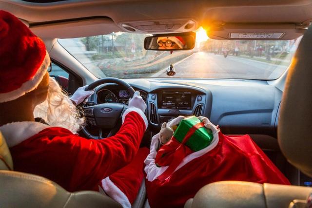 Ông già Noel tất bật phát quà cùng Ford Focus - 1
