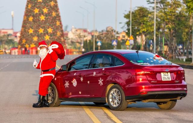 Ông già Noel tất bật phát quà cùng Ford Focus - 2