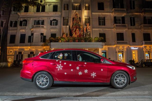 Ông già Noel tất bật phát quà cùng Ford Focus - 3