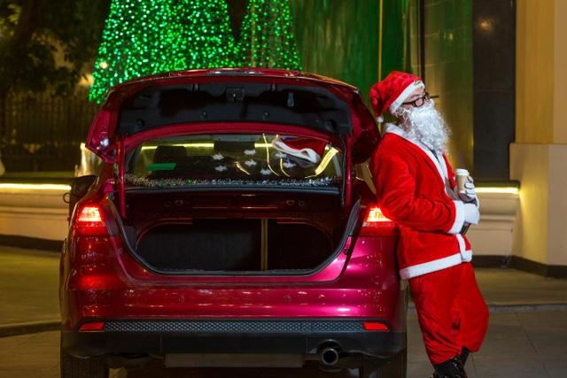 Ông già Noel tất bật phát quà cùng Ford Focus - 4