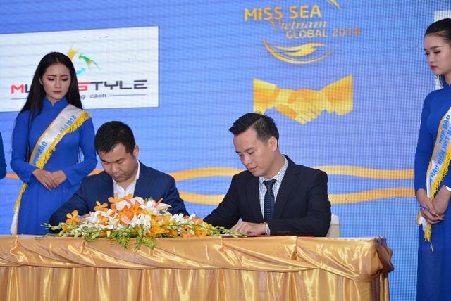 Giám đốc nhãn hàng RIORI Đặng Văn Giang ký hợp đồng tài trợ