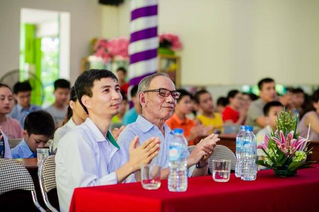Thầy Nguyễn Trường Lâm ( trái) trong buổi khen thưởng học sinh tiêu biểu của TOÁN.VN