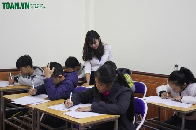 """Thầy Lâm cho biết, có học sinh đã """"yêu học toán"""" chỉ trong một tháng, lâu hơn thì 3-6 tháng với sự hỗ trợ của thầy cô, tin tưởng từ bố mẹ để các em tự tin vào bản thân."""