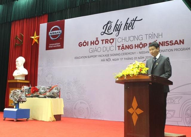 PGS Đào Văn Đông – Hiệu trưởng trường Đại học Công nghệ Giao Thông Vận Tải Hà Nội bày tỏ vui mừng đón nhận các trang thiết bị phục vụ đào tạo mà công ty Nissan trao tặng