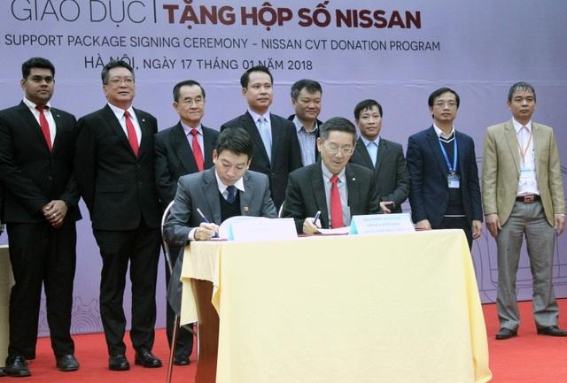Đại diện công ty Nissan Việt Nam và trường Đại học Công nghệ Giao Thông Vận Tải Hà Nội ký kết chương trình Hỗ trợ giáo dục