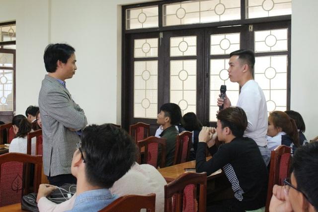 Sinh viên hào hứng đặt câu hỏi, bày tỏ sự quan tâm của mình đối với cơ hội việc làm mới này.