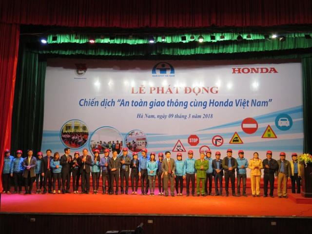 Honda Việt Nam trao tặng mũ bảo hiểm cho Ban an toàn giao thông tại Hà Nam