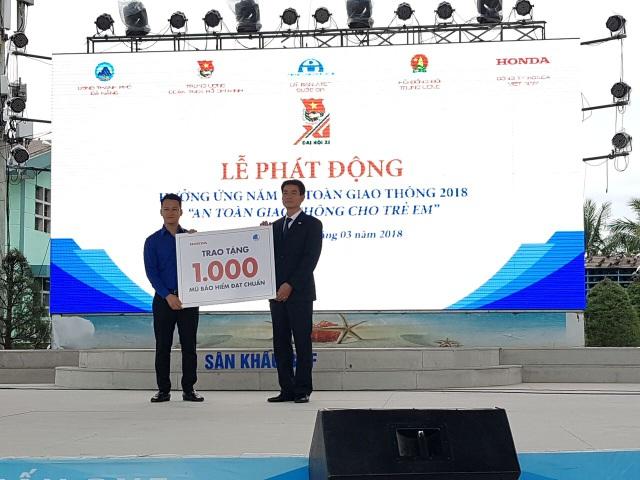 Trao tặng 1000 mũ bảo hiểm cho người dân Đà Nẵng