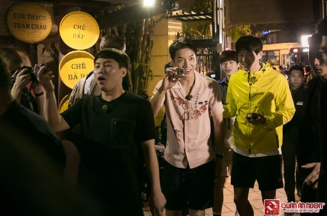 Tài tử Lee Seung Gi, diễn viên hài Yang Se Hyung cùng Người chồng quốc dân Lee Sang Yoon theo ngay sau HLV Park. Dàn diễn viên rất phấn khích với không khí rộn ràng tại nhà hàng.
