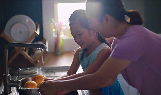 Hướng dẫn con rửa sạch thực phẩm trước khi ăn