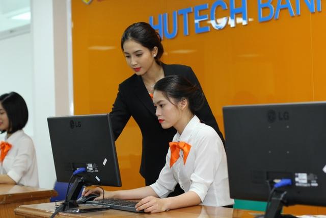 Sinh viên Đại học HUTECH nhập vai tình huống thực tế tại hệ thống mô phỏng ngân hàng HUTECH BANK