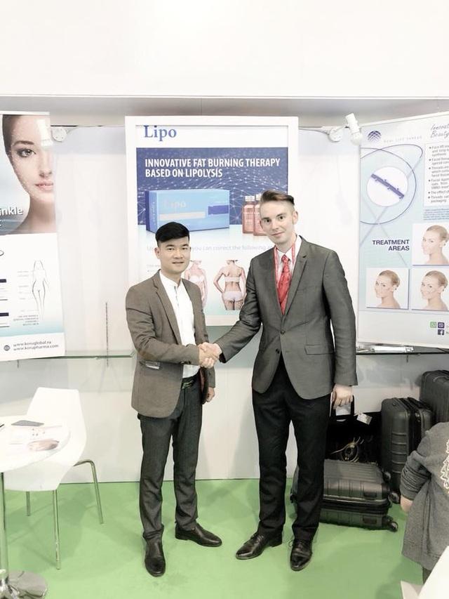Anh Tuấn trong chuyến công tác tháng 3/2018 tại Mỹ để ký kết về sản phẩm mới