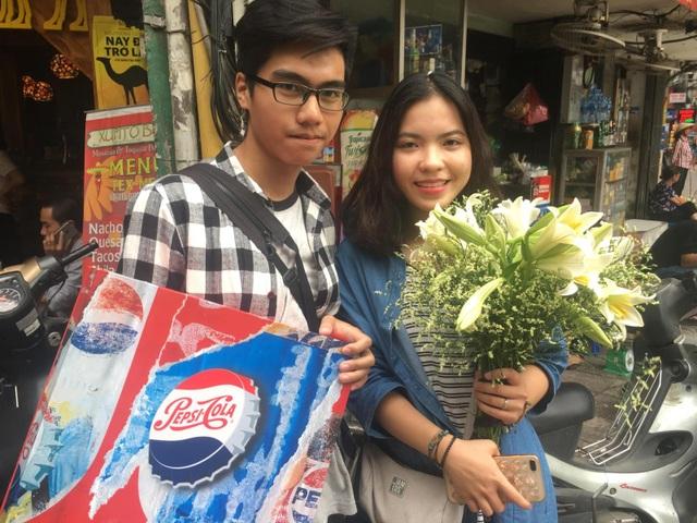 """Quỳnh Anh rất hạnh phúc khi nhận được bó hoa loa kèn """"chuẩn mùa"""" từ chương trình"""