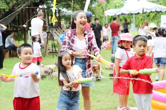 """Hot mom Ốc Thanh Vân cũng xuất hiện cùng con tại buổi họp báo khởi động chiến dịch """"OMO - Mang mùa hè thật trở lại"""""""