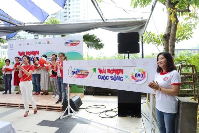 Bà Nguyễn Thị Mai - Phó Chủ tịch Ngành hàng Chăm sóc Gia Đình, Công ty TNHH Unilever Việt Nam thực hiện nghi thức tắt màn hình, trải nghiệm cuộc sống tại họp báo
