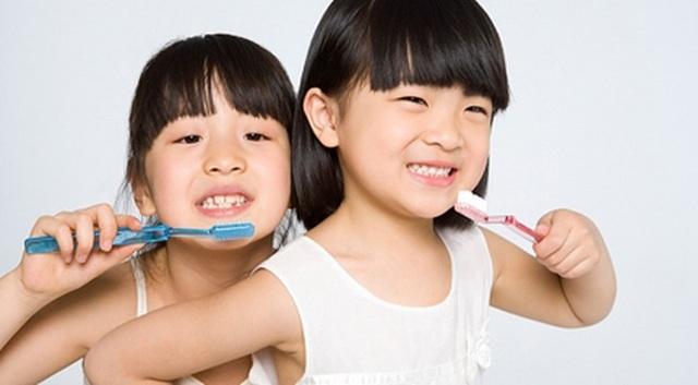 Trẻ ở mỗi lứa tuổi, hệ răng khác nhau cần sử dụng một loại kem đánh răng phù hợp để đảm bảo sức khỏe.