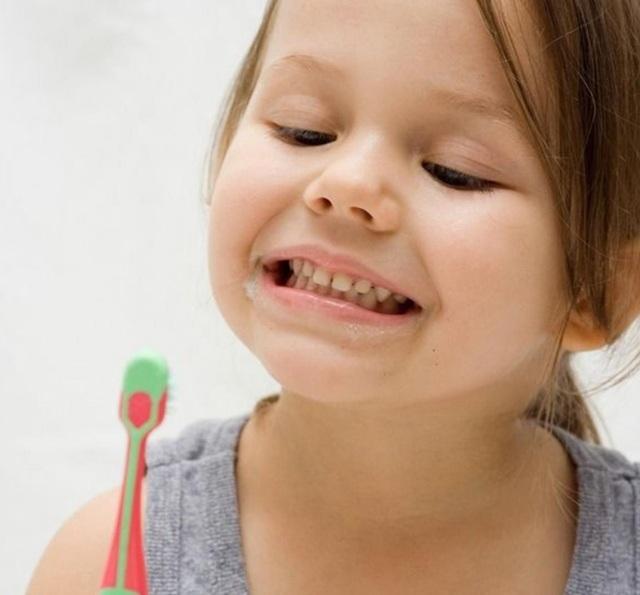 Bé sẽ vui vẻ đánh răng mỗi ngày khi được tự chọn loại kem đánh răng mình thích.