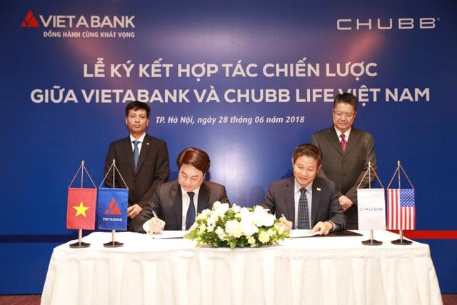 Đại diện Chubb Life Việt Nam và VietABank tại buổi lễ ký kết hợp tác chiến lược.