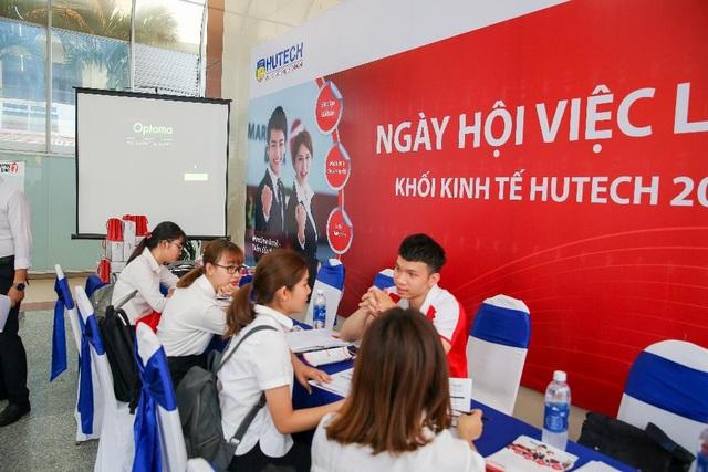 Sinh viên HUTECH tự tin ứng tuyển tại Ngày hội việc làm ngay tại trường