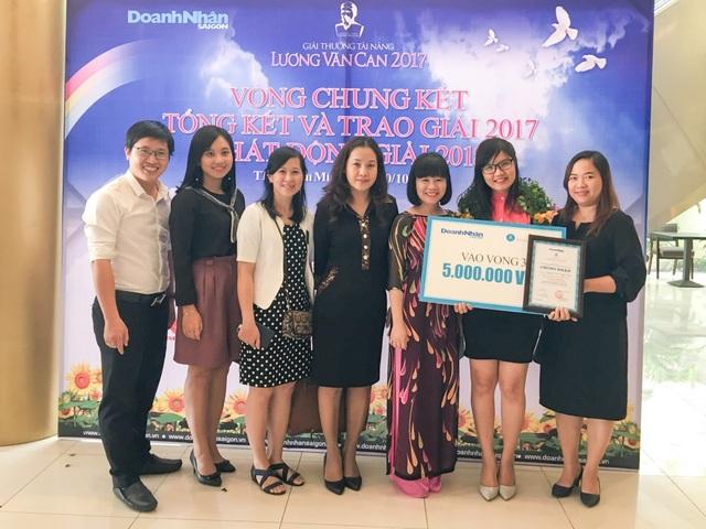 Nguyễn Thị Thủy Tiên nhận giấy chứng nhận Top 10 giải thưởng Tài năng Lương Văn Can 2017