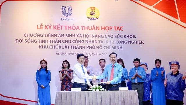 Đại diện Unilever đang ký kết chương trình hợp tác an sinh xã hội với Tổng Liên đoàn lao động Việt Nam.