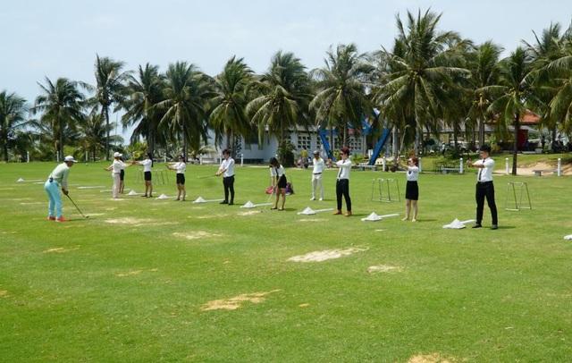 Sinh viên khối ngành Du lịch – Nhà hàng – Khách sạn Trường CĐ Miền Nam thực tập thực tế tại Resort và trải nghiệm chơi Golf