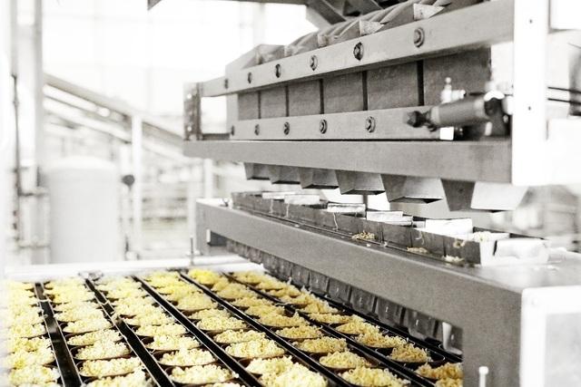 Sau khi cắt, mì tiếp tục được chiên bằng dầu để làm bay hơi nước và giảm độ ẩm. Nhiệt độ này luôn được duy trì liên tục suốt quá trình chiên. Dầu chiên được thay theo định kỳ và luôn được giám sát chặt chẽ về thời gian sử dụng và các chỉ số hóa lý.