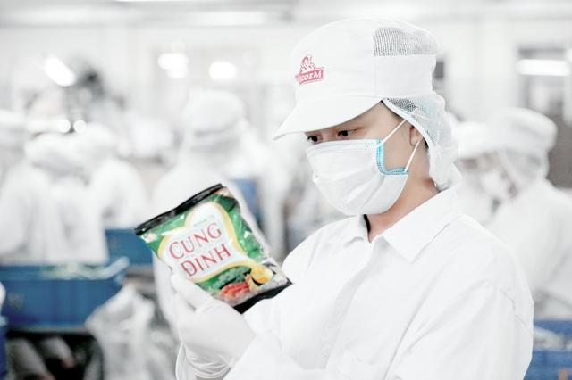 Những sản phẩm không đạt chuẩn sẽ tiếp tục bị loại ra, đảm bảo chỉ những sản phẩm ngon và an toàn vệ sinh mới có thể được đóng thùng theo quy cách và phân phối.