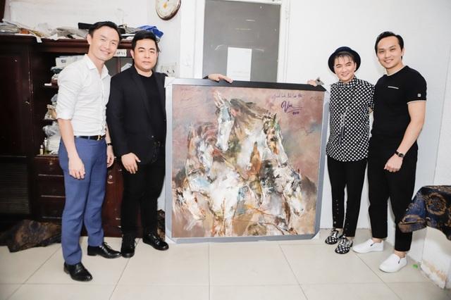 Ông Nguyễn Mạnh Hà (bìa phải) kỷ niệm với các nghệ sĩ khi nhận tranh đấu giá.