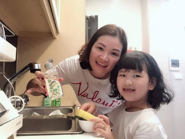 Mẹ Hạnh cùng con gái tập rửa bát bên Sunlight thiên nhiên (Ảnh: Trần Thị Hạnh).