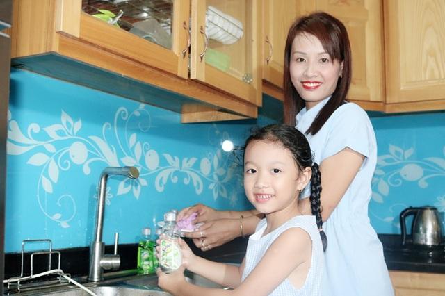 Cũng như mẹ Hạnh, mẹ Phương cũng hoàn toàn yên tâm để bé rửa bát với Sunlight thiên nhiên (Ảnh: Lê Thị Phượng).