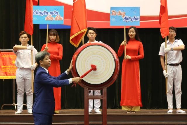 TS. Nguyễn Thanh Giang – Hiệu trưởng Nhà trường đánh trống khai giảng năm học mới