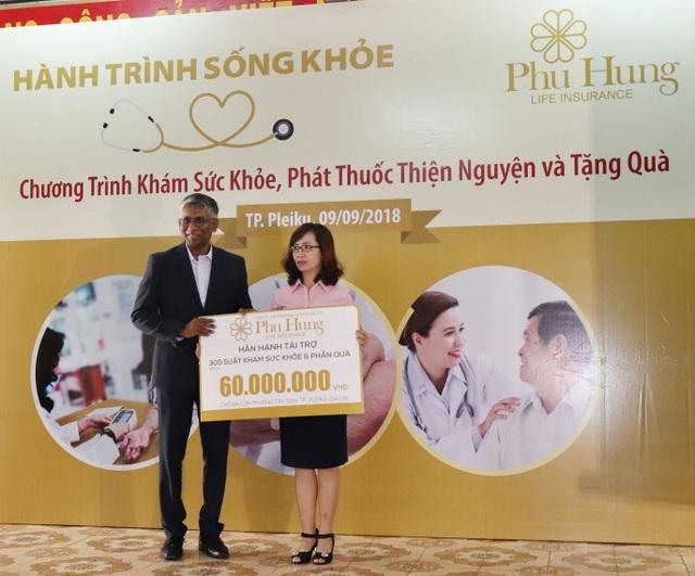 Ông Lawrance William – Giám đốc điều hành kinh doanh Phú Hưng Life trao tặng bảng tài trợ