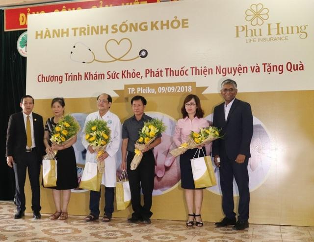 Đại diện Phú Hưng Life trao hoa và quà cho các đối tác