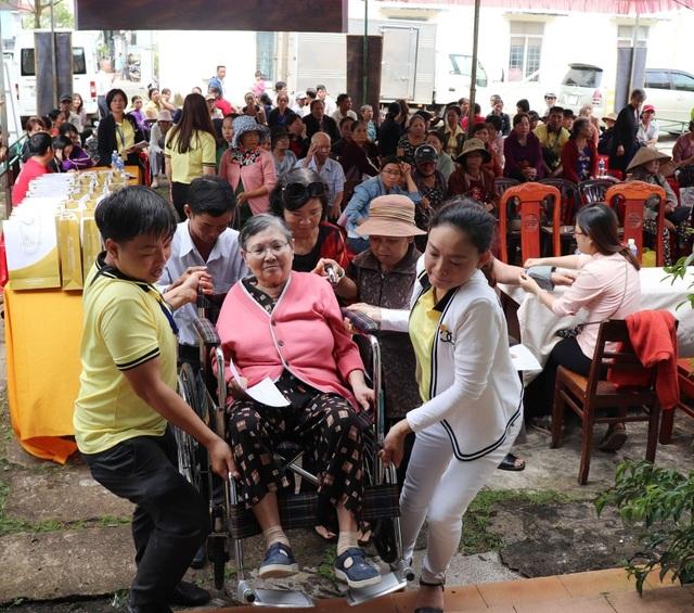Nhân viên Phú Hưng Life hỗ trợ người dân.