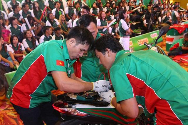 Hình 2: Bộ ba thợ máy xuất sắc nhất Việt Nam cho biết các anh luôn sẵn sàng chia sẻ kinh nghiệm cho lớp thợ trẻ.