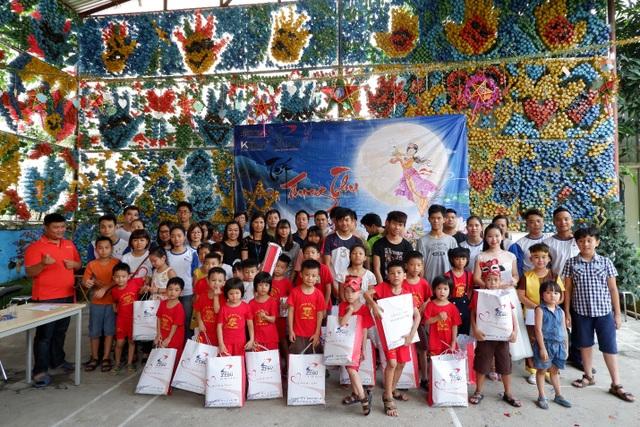 Ban lãnh đạo, nhân viên Công ty TNHH Nehob Việt Nam và các em nhỏ tại trung tâm.
