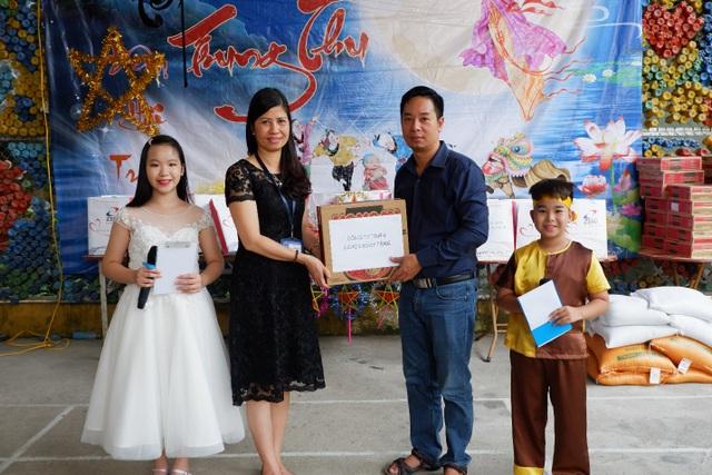 Giám đốc Nehob ôngNguyễn Huy Thọ tặng quà cho Đại diện Trung tâm Bảo trợ xã hội III.