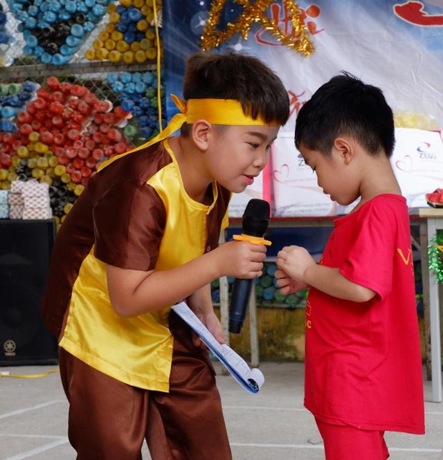 Hình ảnh rất đáng yêu của Chú Cuội - Tuấn Đạt cùng em nhỏ tại chương trình.