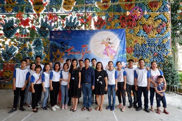 Cán bộ nhân viên Công ty TNHH Nehob Việt Nam và Giám đốc Trung tâm Bảo trợ xã hội III.