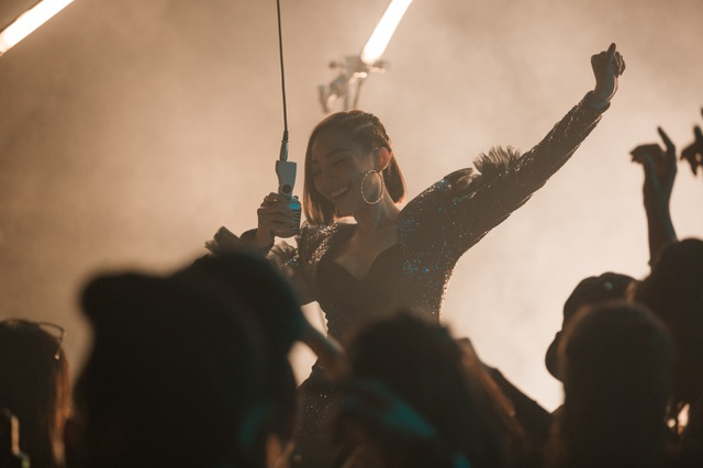 """Đạt hơn 4 triệu lượt xem trên Youtube chỉ sau hơn một tuần ra mắt, """"Tự tin ngẩng đầu"""" là MV mới nhất của Tóc Tiên kết hợp cùng Rhymastic."""