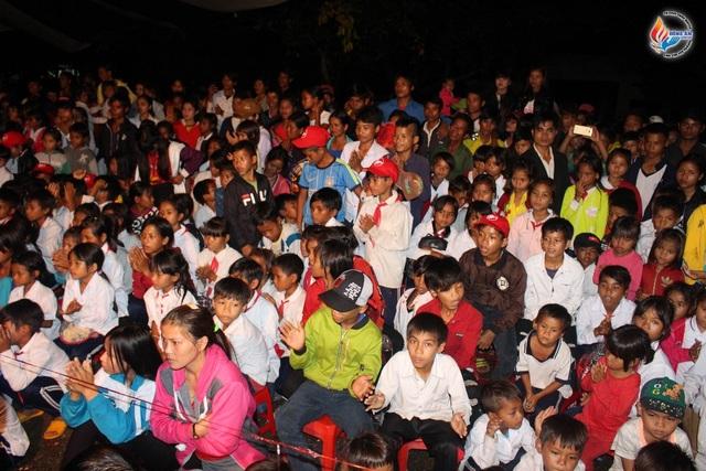Trẻ em hứng khơi theo dõi đêm nhạc Trung Thu Yêu Thương