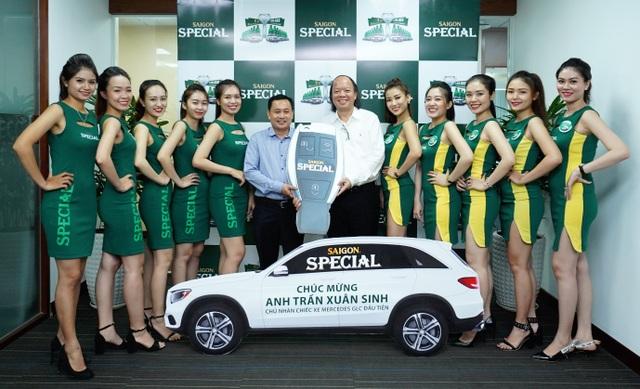 Niềm vui được lái xe của anh Sinh được tiếp tục bằng cách không ai ngờ (ảnh chụp cùng đại diện Bia Sài Gòn tại sự kiện trao giải thưởng)