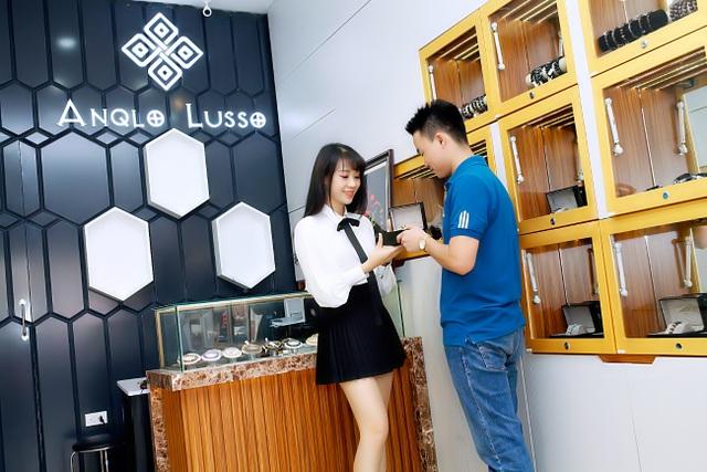 Bà Phạm Mai Thương – Đại sứ thương hiệu Anqlo Lusso giới thiệu vòng tay đá quý cho khách hàng