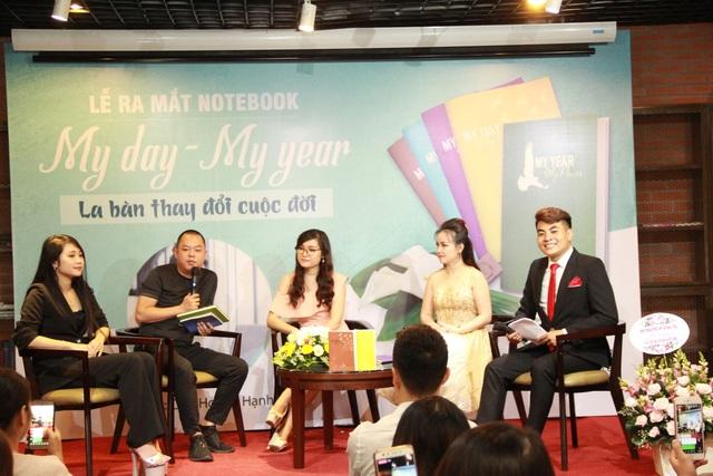 Các vị khách mời chia sẻ những cảm nhận đầu tiên về bộ notebook My Day - My Year trên sân khấu của lễ ra mắt